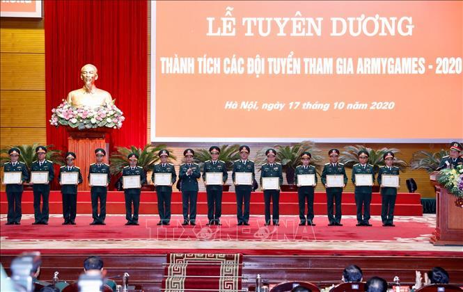 Thượng tướng Phan Văn Giang, Tổng Tham mưu trưởng Quân đội nhân dân Việt Nam, Thứ trưởng Bộ Quốc phòng trao Bằng khen của Bộ trưởng Bộ Quốc phòng cho các tập thể có thành tích xuất sắc. Ảnh: Dương Giang/TTXVN