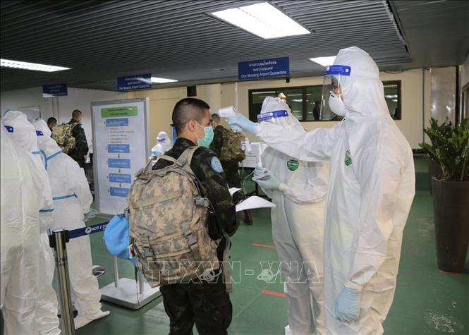 Đo thân nhiệt phòng lây nhiễm COVID1-19 tại sân bay Don Mueang ở thủ đô Bangkok, Thái Lan, ngày 12-10-2020. Ảnh: AFP/TTXVN