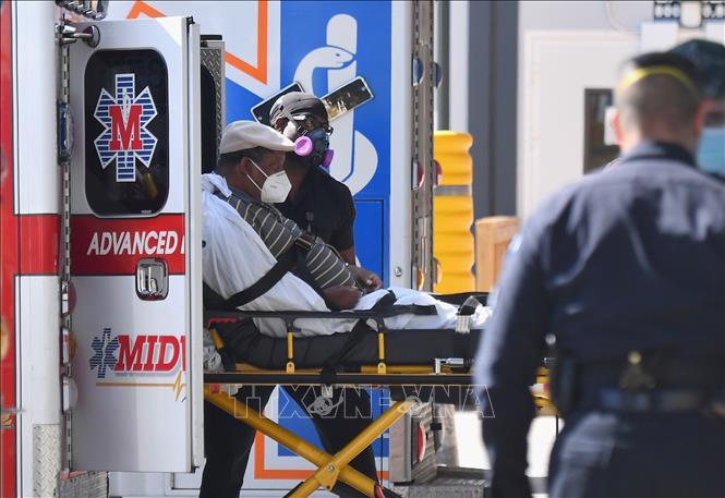 Nhân viên y tế chuyển bệnh nhân COVID-19 tới trung tâm y tế Maimonides ở New York, Mỹ ngày 6-10-2020. Ảnh: AFP/TTXVN