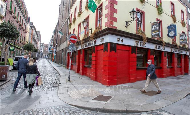 Các cửa hàng đóng cửa do dịch COVID-19 tại Dublin, Ireland ngày 18-9-2020. Ảnh: AFP/TTXVN