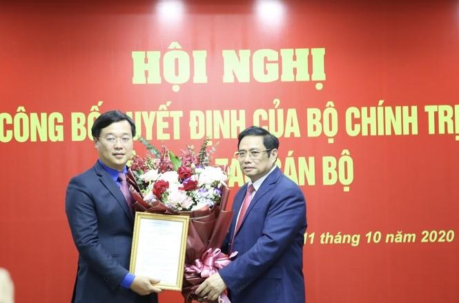 Đồng chí Phạm Minh Chính trao quyết định và chúc mừng đồng chí Lê Quốc Phong.