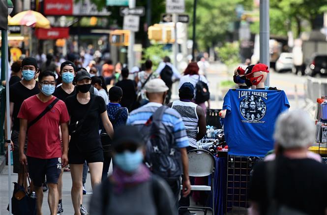 Người dân di chuyển trên đường phố tại New York, Mỹ, ngày 25-6-2020. Ảnh: AFP/ TTXVN