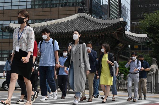 Người dân di chuyển trên đường phố tại Seoul, Hàn Quốc, ngày 11-9-2020. Ảnh: AFP/ TTXVN