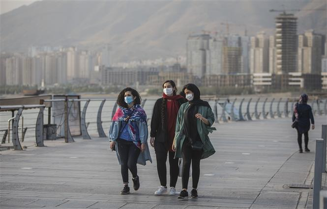 Người dân đeo khẩu trang phòng lây nhiễm COVID-19 tại Tehran, Iran. Ảnh: THX/TTXVN