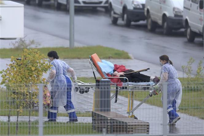 Nhân viên y tế chuyển bệnh nhân nhiễm COVID-19 tới bệnh viện ở Kommunarka, gần Moskva, Nga, ngày 9-10-2020. Ảnh: AFP/TTXVN