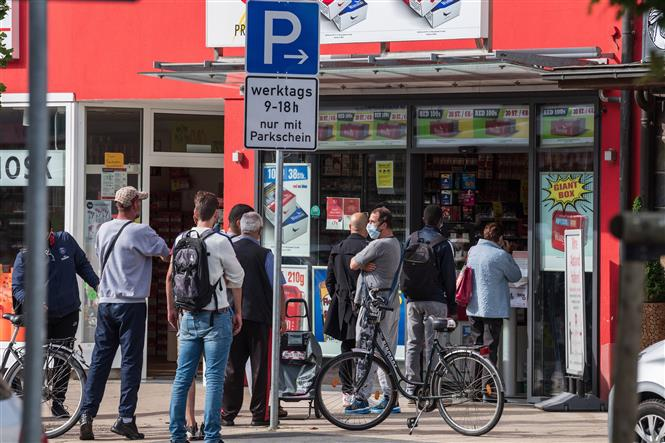 Khách hàng chờ mua sắm tại Kehl, biên giới Pháp và Đức, ngày 15-6-2020. Ảnh: AFP/TTXVN
