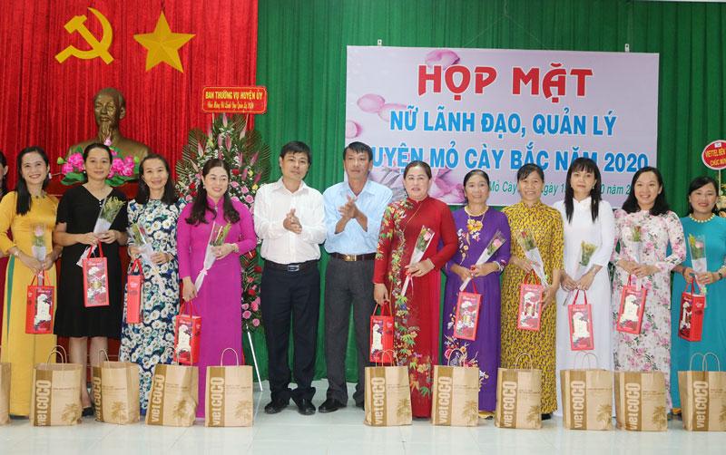 Nữ cán bộ, lãnh đạo, quản lý trong huyện nhận hoa và quà của Huyện ủy.