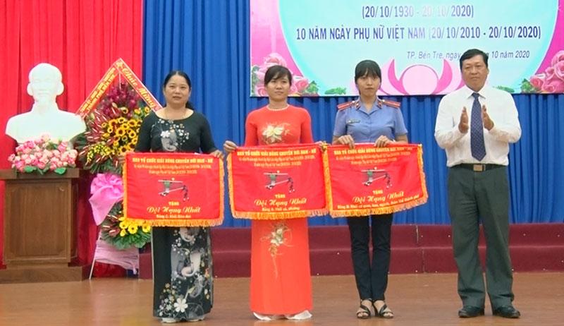Trao thưởng cho các đội đạt giải nhất hội thi bóng chuyền hơi.