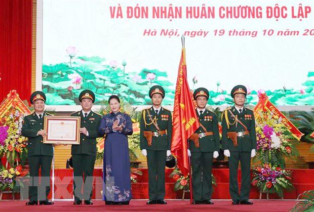 Chủ tịch Quốc hội Nguyễn Thị Kim Ngân trao Huân chương Độc lập hạng Ba cho Báo Quân đội nhân dân. Ảnh: Trọng Đức/TTXVN