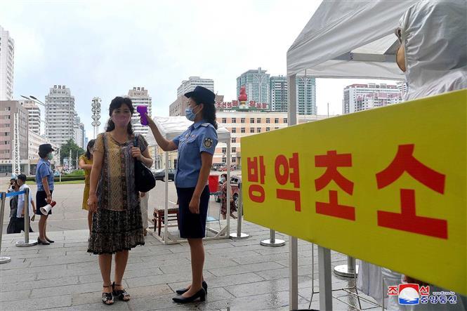 Kiểm tra thân nhiệt hành khách tại một nhà ga ở Bình Nhưỡng, Triều Tiên. Ảnh: AFP/TTXVN