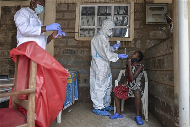 Nhân viên y tế lấy mẫu xét nghiệm COVID-19 tại Nairobi, Kenya, ngày 18-10-2020. Ảnh: AFP/TTXVN