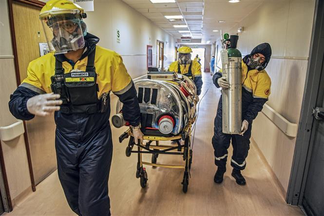 Chuyển bệnh nhân COVID-19 tới bệnh viện ở Lima, Peru, ngày 1-9-2020. Ảnh: AFP/ TTXVN