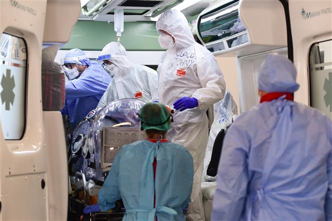 Nhân viên y tế chăm sóc bệnh nhân nhiễm COVID-19 tại Milan, Italy, ngày 19-10-2020. Ảnh: AFP/TTXVN