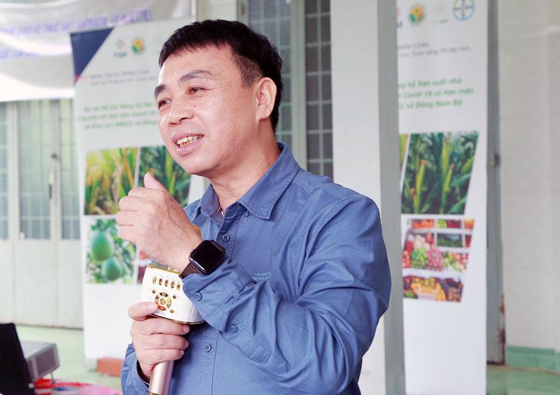 """Ông Nguyễn Viết Khoa, Trưởng phòng Đào tạo và Huấn luyện, Trung tâm Khuyến nông Quốc gia cập nhật tiến độ các khóa đào tạo ToT và ToF của dự án """"Better Farms, Better Lives""""."""
