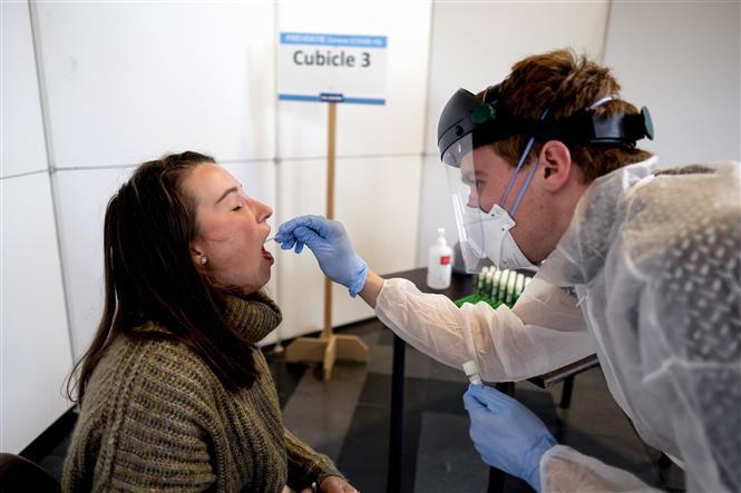 Nhân viên y tế lấy mẫu xét nghiệm COVID-19 tại Leuven, Bỉ, ngày 19-10-2020. Ảnh: AFP/TTXVN
