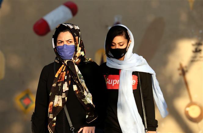 Người dân đeo khẩu trang phòng dịch COVID-19 tại Tehran, Iran ngày 19-10-2020. Ảnh: AFP/TTXVN