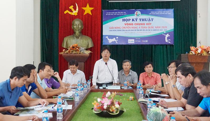 Lãnh đạo Sở Văn hóa, Thể thao và Du lịch giới thiệu đôi nét về Bến Tre với các đội bóng ngoài tỉnh về tham dự Giải.