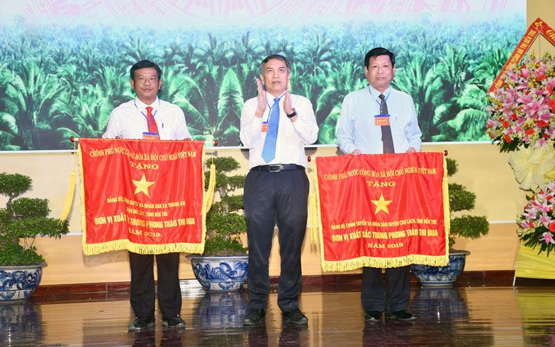 Chủ tịch UBND tỉnh Cao Văn Trọng trao cờ thi đua cho các đơn vị có thành tích xuất sắc trong phong trào thi đua năm 2019. Ảnh: H. Hiệp