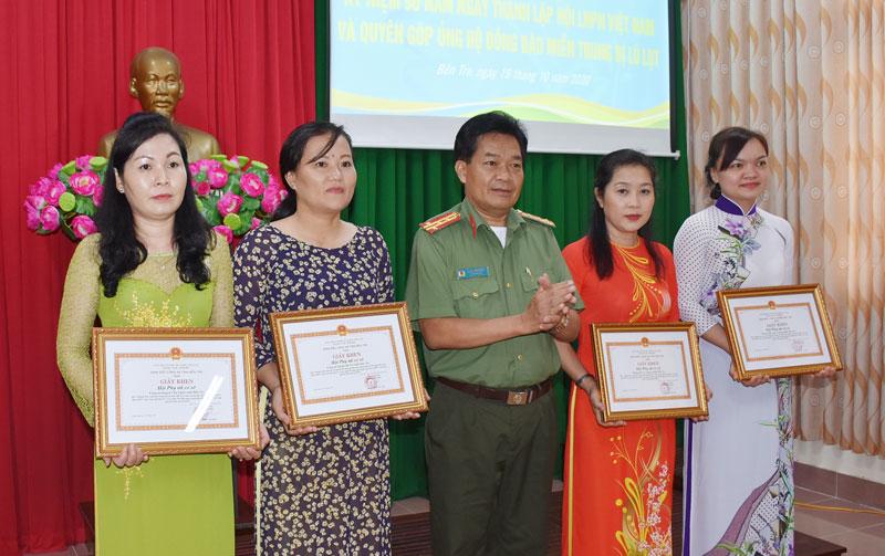 Đại tá Phạm Văn Ngót - Phó giám đốc Công an tỉnh trao giấy khen cho các tập thể, cá nhân. Ảnh: Nguyễn Đăng