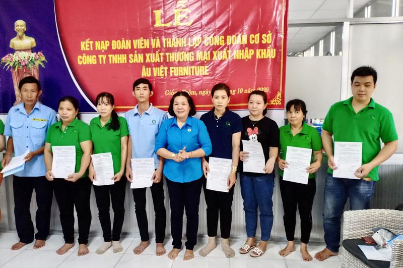Liên đoàn Lao động huyện Giồng Trôm trao quyết định kết nạp đoàn viên công đoàn.