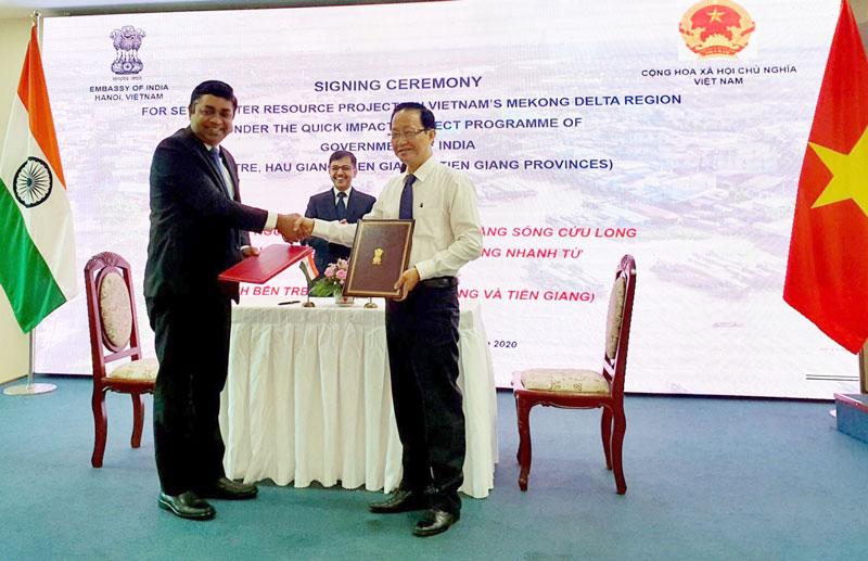 Phó chủ tịch UBND tỉnh Nguyễn Trúc Sơn (phải) tại buổi ký kết Bản ghi nhớ (MOU) giữa Đại sứ Ấn Độ và UBND tỉnh về tài trợ xây dựng dự án nhỏ ứng phó biến đổi khí hậu. Ảnh: PV