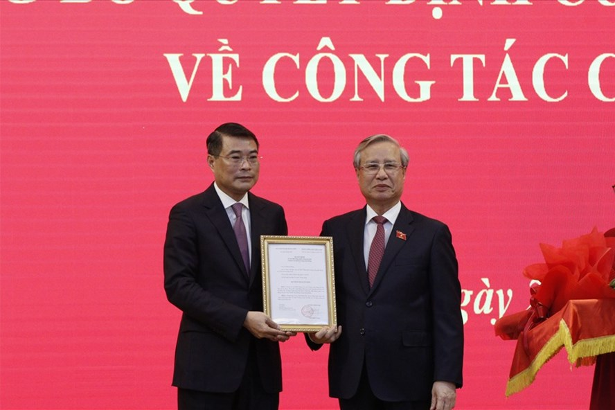 Thường trực Ban Bí thư Trần Quốc Vượng trao quyết định của Bộ Chính trị cho đồng chí Lê Minh Hưng. Ảnh: Báo Lao động