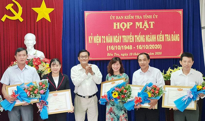 Chủ nhiệm UBKT Tỉnh ủy Nguyễn Hải Châu trao giấy khen cho các tập thể đạt thành tích xuất sắc trong công tác kiểm tra, giai đoạn 2015-2020. Ảnh: Q. Hùng