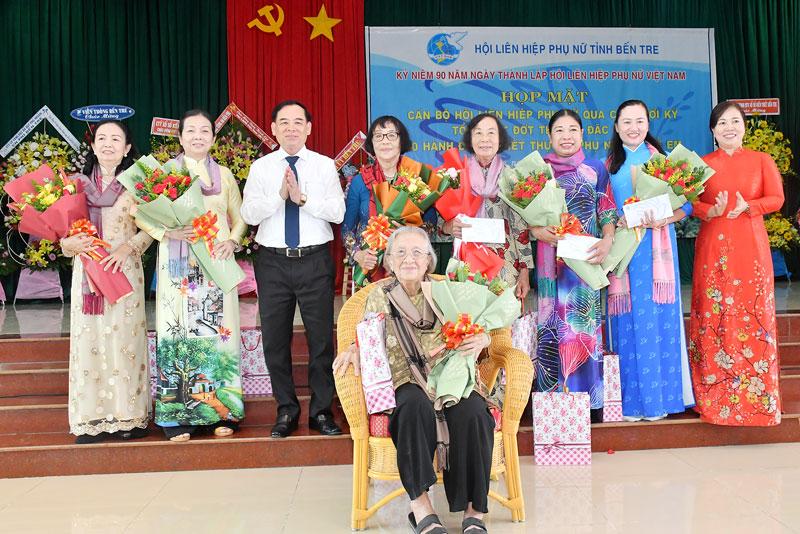 Phó bí thư Tỉnh ủy Trần Ngọc Tam trao hoa và quà cho cán bộ Hội Liên hiệp Phụ nữ tỉnh qua các thời kỳ.