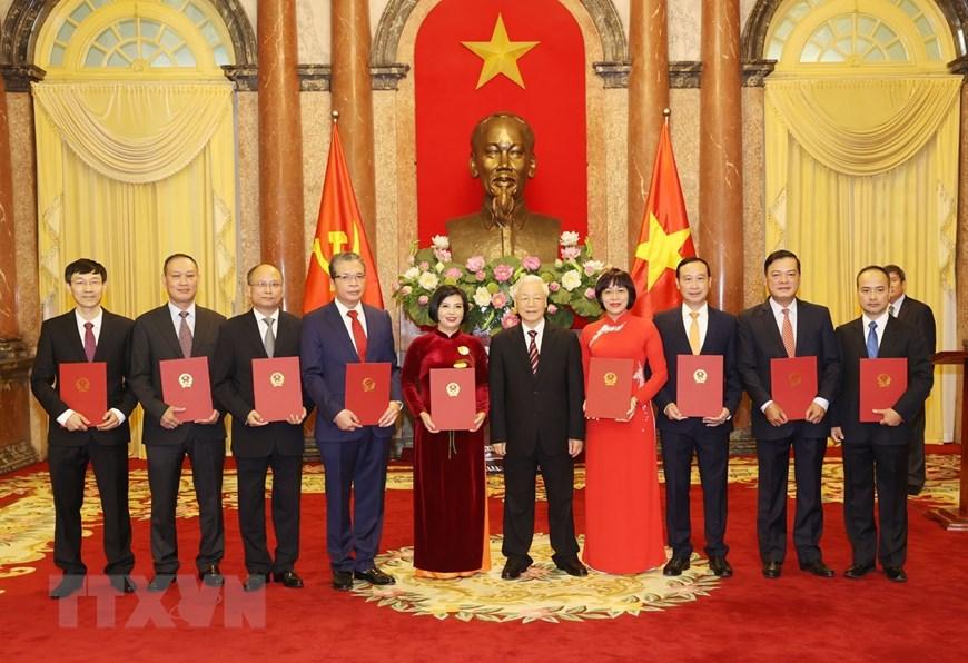 Tổng Bí thư, Chủ tịch nước Nguyễn Phú Trọng trao quyết định bổ nhiệm 9 tân Đại sứ Việt Nam ở nước ngoài. Ảnh: TTXVN
