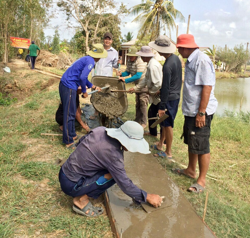 Nhân dân xã An Thuận, huyện Thạnh Phú chung sức xây dựng giao thông nông thôn. Ảnh: Nguyễn Diễm