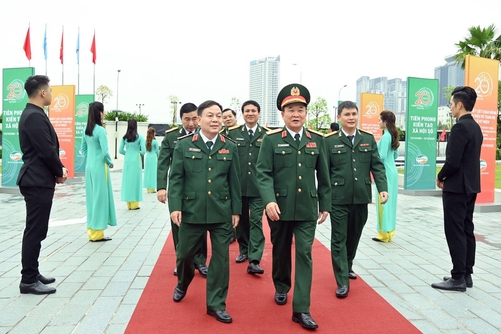 Trung tướng Hoàng Xuân Chiến - Ủy viên Trung ương Đảng, Ủy viên Quân ủy Trung ương, Thứ trưởng Bộ Quốc phòng và Thiếu tướng Lê Đăng Dũng, Quyền Chủ tịch kiêm Tổng Giám đốc Tập đoàn Công nghiệp Viễn thông Quân đội tham dự Lễ kỉ niệm.