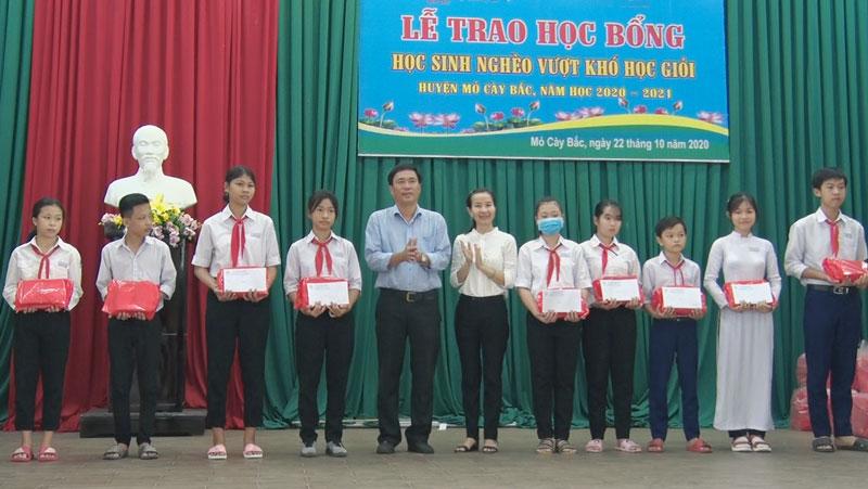 Trao học bổng cho các em học sinh. Ảnh: Nguyễn Hiệp