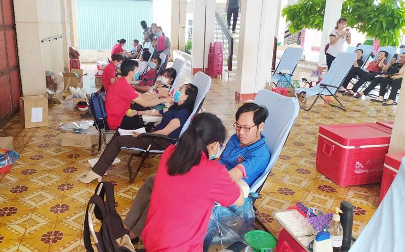 Đông đảo đoàn viên, thanh niên và người dân tham gia hiến máu. Ảnh: Sơn Tùng