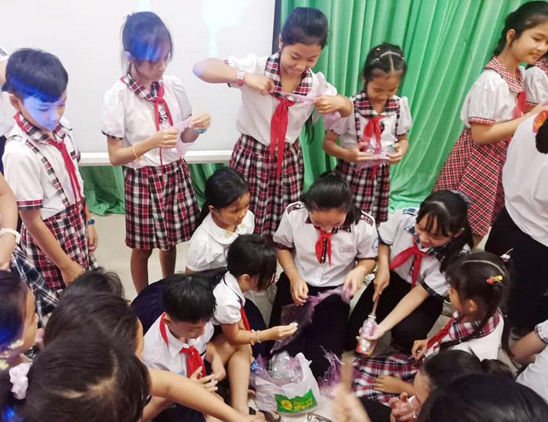 Học viên tham gia thực hành làm Gạch sinh thái. Ảnh: Huỳnh Ly
