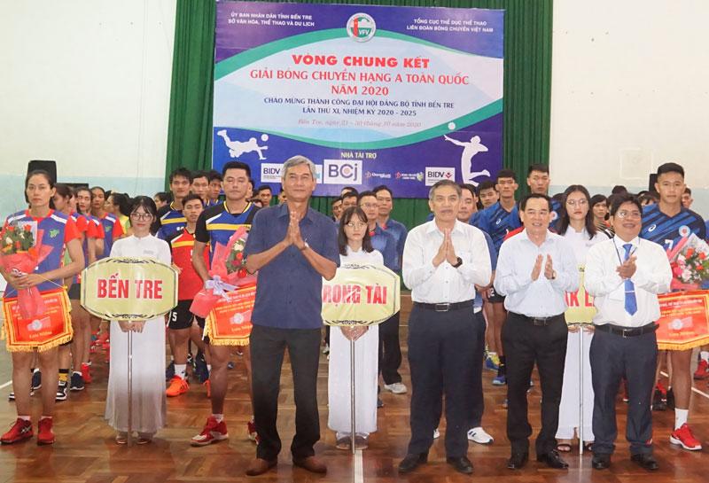 Lãnh đạo tỉnh và Ban tổ chức trao hoa và cờ lưu niệm cho các đội.