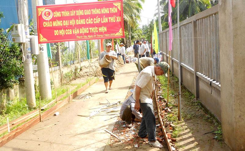 Cựu chiến binh xã Hương Mỹ xây dựng đường bê-tông ấp, chào mừng Đại hội Đảng các cấp.