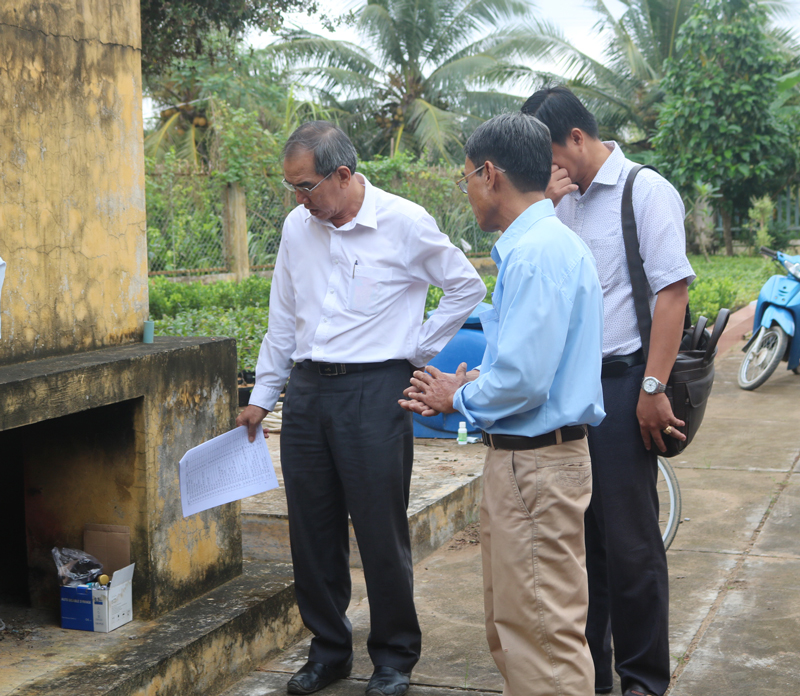 Đoàn giám sát lò xử lý rác của Trạm Y tế Hưng Khánh Trung B.