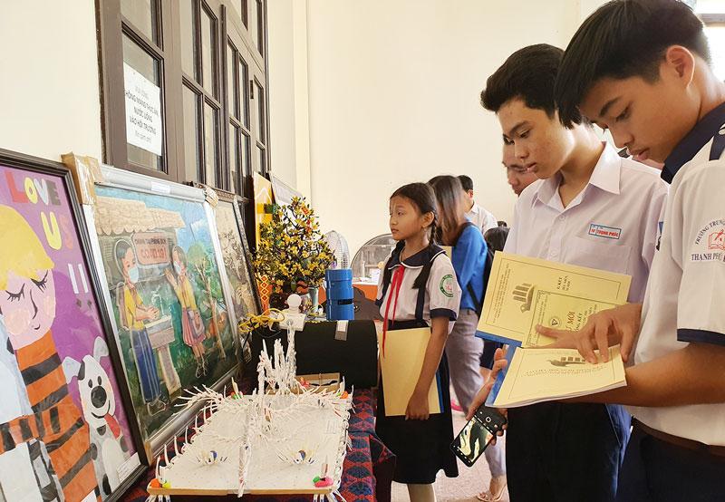 Học sinh tham quan trưng bày các sản phẩm dự thi Sáng tạo khoa học kỹ thuật.
