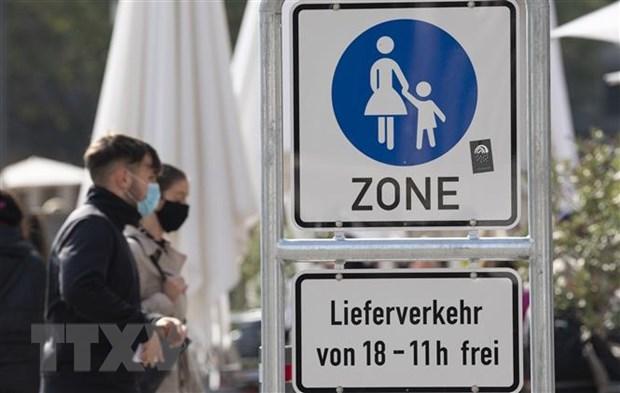 Người dân đeo khẩu trang phòng lây nhiễm COVID-19 tại Stuttgart, Đức. (Ảnh: AFP/TTXVN)