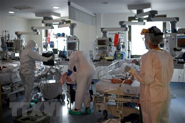 Nhân viên y tế điều trị cho bệnh nhân COVID-19 tại bệnh viện ở Madrid, Tây Ban Nha. (Ảnh: AFP/TTXVN)