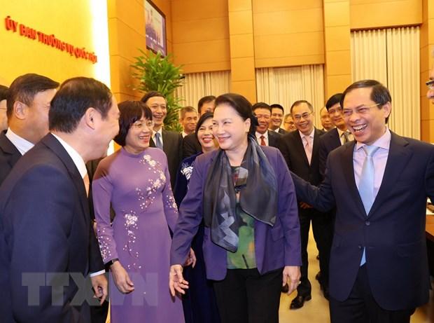Chủ tịch Quốc hội Nguyễn Thị Kim Ngân với các Đại sứ. (Ảnh: Trọng Đức/TTXVN)