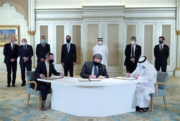 Đại diện phái đoàn UAE và Israel ký thỏa thuận hợp tác sau bình thường hóa quan hệ, tại Abu Dhabi, ngày 19-10-2020. (Ảnh: AFP/TTXVN)