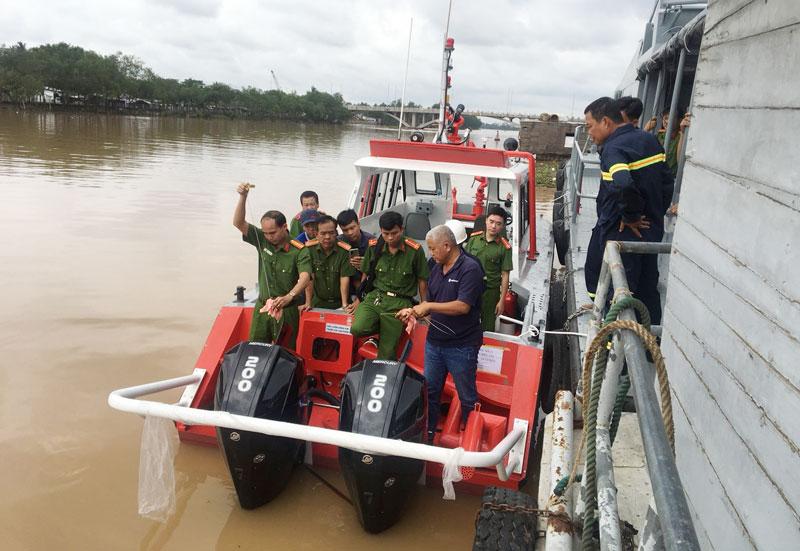 Hướng dẫn vận hành chiếc cano chữa cháy.
