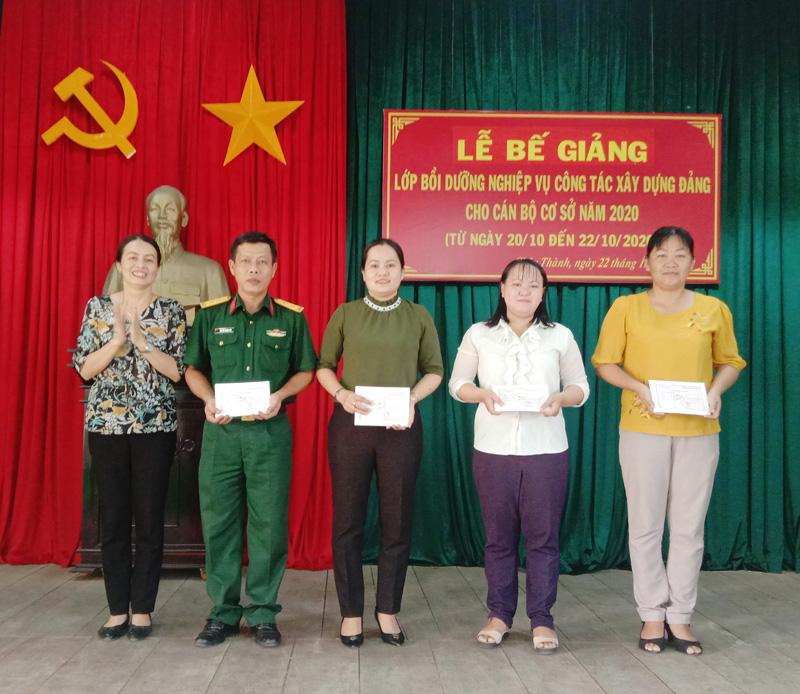 Trao giấy chứng nhận cho các học viên. Ảnh: Hoàng Loan.