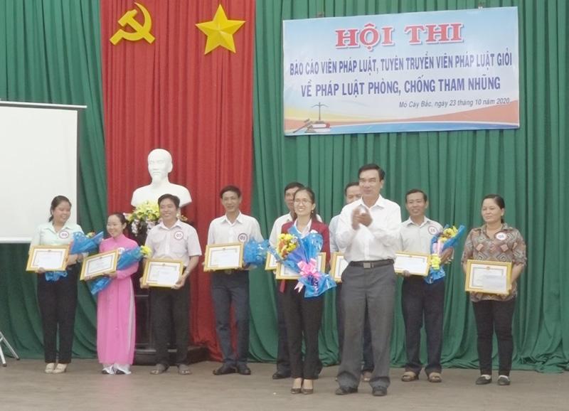 Trao thưởng cho các thí sinh đạt giải. Ảnh: Nguyễn Hoài.