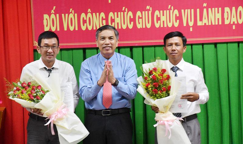Chủ tịch UBND tỉnh Cao Văn Trọng trao quyết định cho đồng chí Bùi Văn Thắm và La Thành Công..