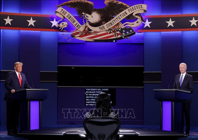 Đương kim Tổng thống Mỹ Donald Trump (trái) và ứng viên Tổng thống của đảng Dân chủ Joe Biden (phải) tại vòng tranh luận trực tiếp cuối cùng ở thành phố Nashville, bang Tennesse tối 22-10-2020 (giờ Mỹ). Ảnh: AFP/TTXVN
