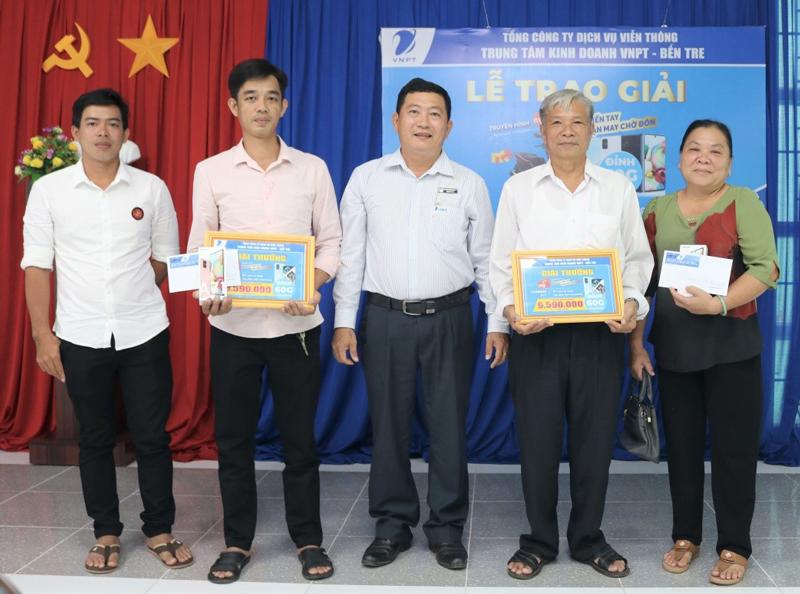 Phó giám đốc Trung tâm kinh doanh VNPT Bến Tre Phạm Tấn Tài trao thưởng cho 2 khách hàng may mắn của chương trình.
