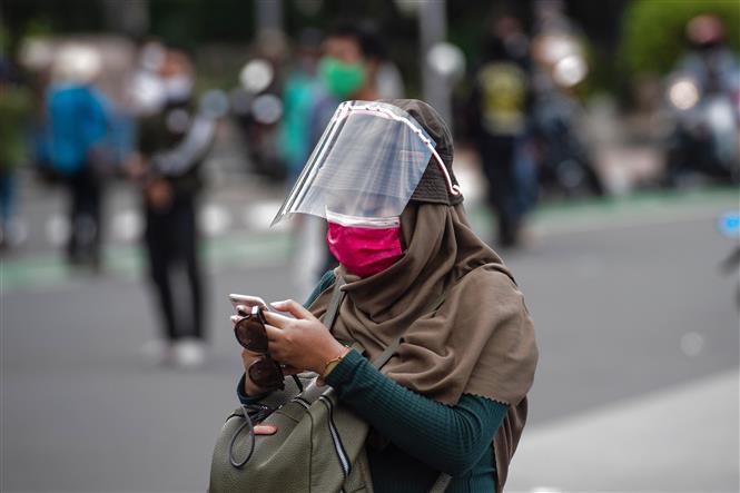 Người dân đeo khẩu trang phòng lây nhiễm COVID-19 tại Jakarta, Indonesia, ngày 20-10-2020. Ảnh: THX/ TTXVN