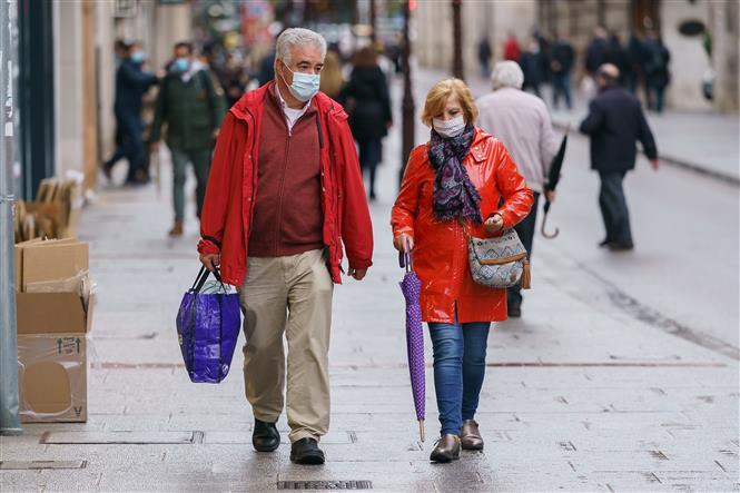 Người dân đeo khẩu trang phòng dịch COVID-19 tại Burgos, Tây Ban Nha ngày 21-10-2020/2020. Ảnh: AFP/TTXVN